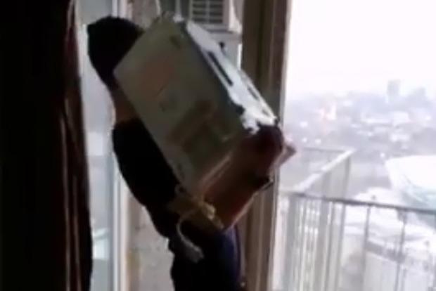Чувак, е..шь!. В Днепре студенты выбросила микроволновку с балкона высотки на людей