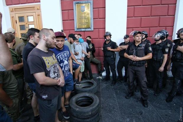 Смертельный пожар в детском лагере. В Одессе активисты штурмуют мэрию