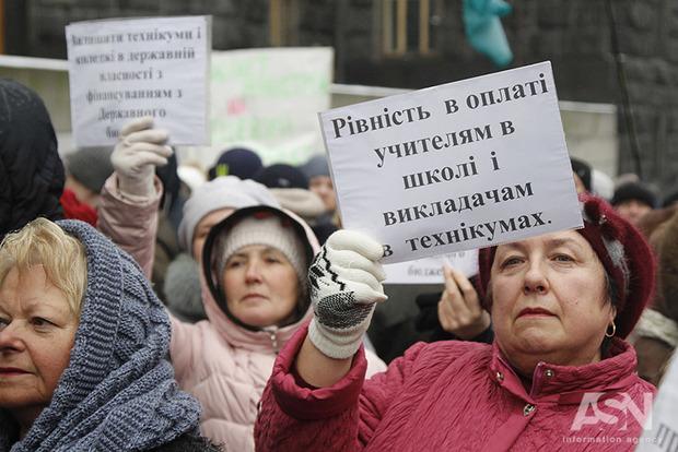Зарплаты учителей поднимут сразу на 1,5 тыс. гривен