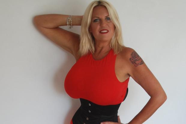Британка после развода увеличила грудь до 32 размера