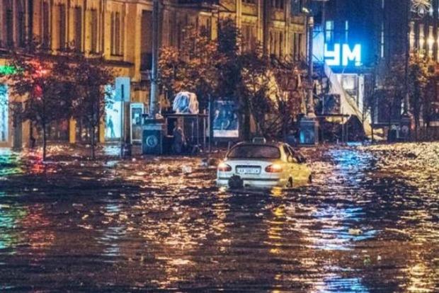 Фото к материалу: Дощовий армагеддон прийшов під вікна Кличка. Ураган затопив Хрещатик