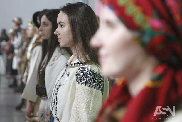 Участницы АТО в Мыстецьком арсенале устроили этнопоказ вышиванок