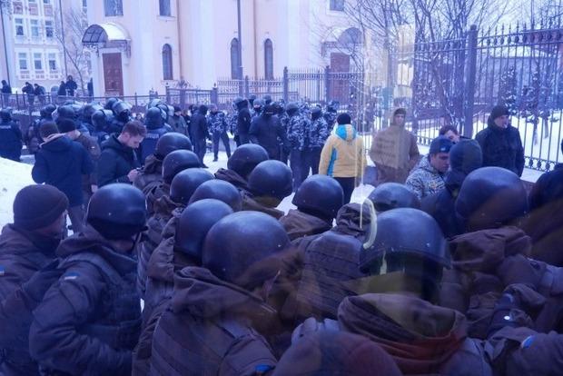 Дело Труханова: во дворе суда в драке подстрелили спецназовца