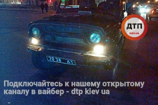 В Киеве армейский внедорожник попал в ДТП, трое пострадавших