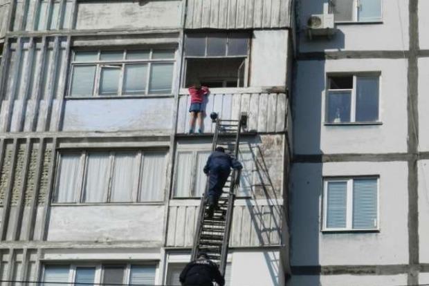 В Белгороде-Днестровском спасли двух маленьких детей, которые влезли на карниз 6-го этажа