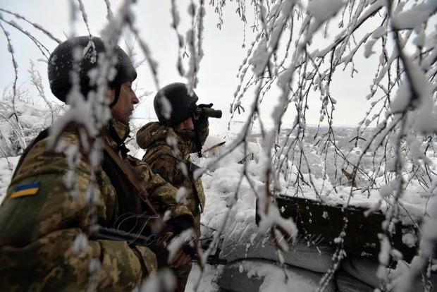 На Донбассе в ходе обстрелов ранен военный