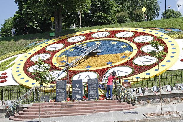 В центре Киева открыли гигантские цветочные часы в стиле петриковки
