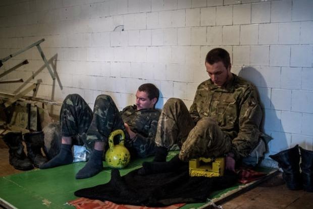 На Донбассе двое украинских военных попали в плен боевиков, их доставили в Луганск
