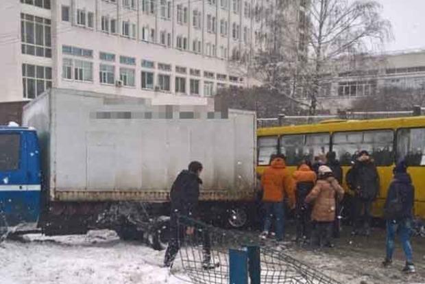 Масштабное ДТП в Киеве: перекрыто движение скоростных трамваев и авто