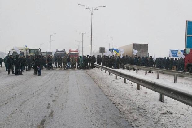 Около тысячи аграриев в трех областях блокируют автомагистрали