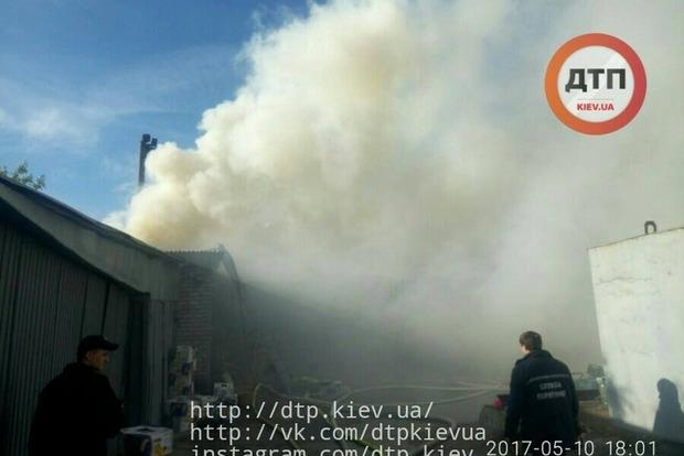 На левом берегу Киева горит огромный рынок