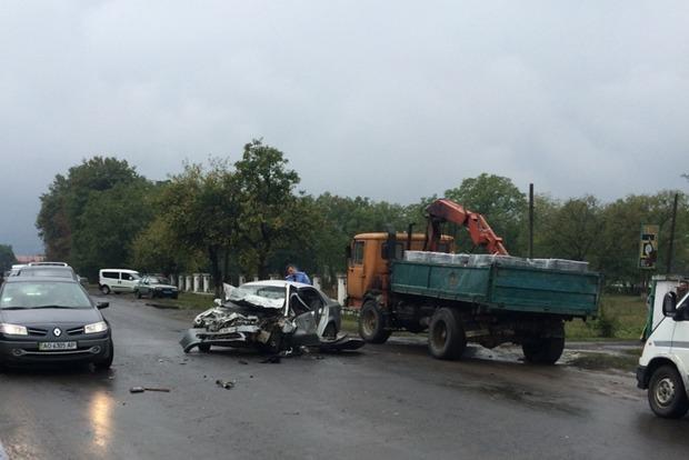 В Закарпатской области легковушка влетела в грузовик, есть погибшие