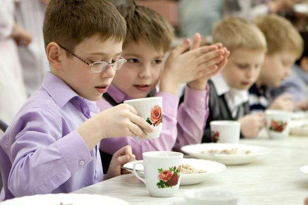 В школьных столовых Екатеринбурга детей разделили на «богатых» и «бедных»
