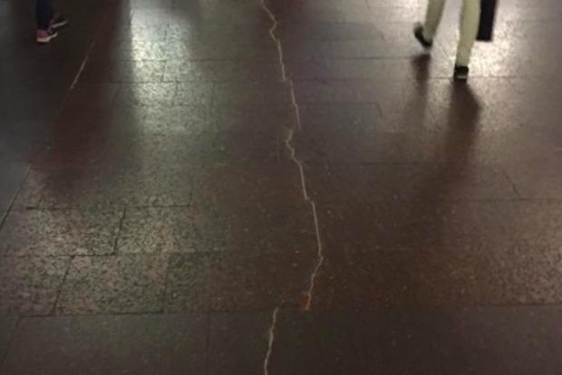 На станции метро «Героев Днепра»  платформа треснула пополам
