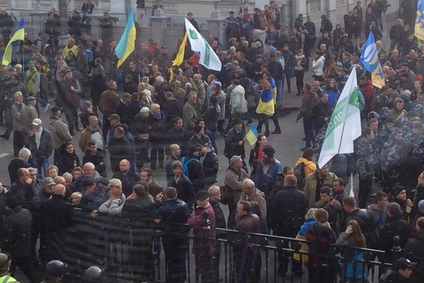Под Радой между митингующими и полицией начались столкновения, есть пострадавшие