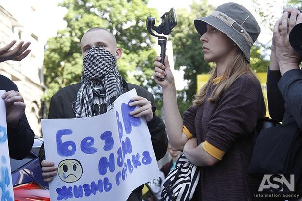 В Киеве молодежь пришла к Порошенко требовать доступа к российским соцсетям