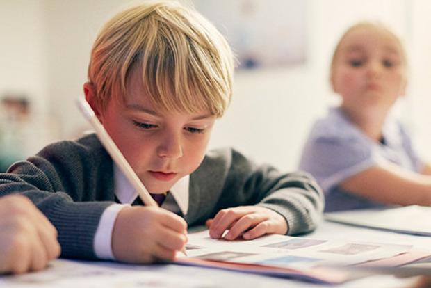 Российским школьникам подарили дневники снеправильным гербом страны