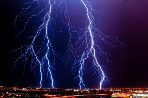 В результате удара молнии во Франции пострадали 15 человек