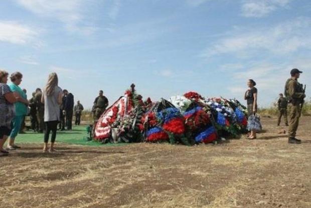 На могиле Захарченко появилась охрана с автоматами