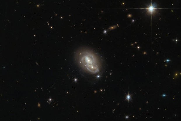 Астронавты сняли быстрые пересекающиеся галактики