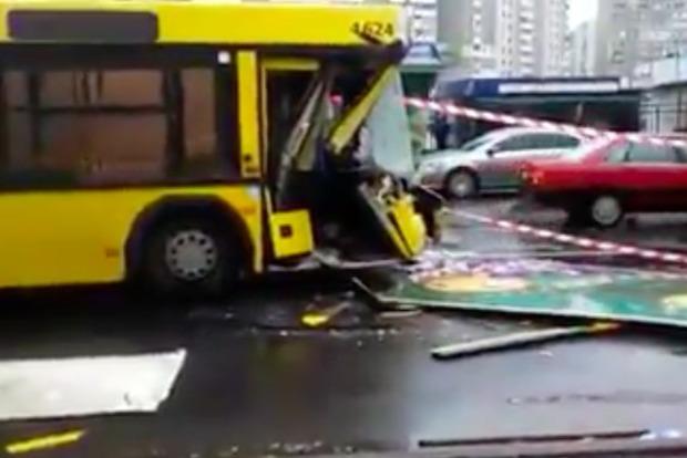 Пассажирский автобус на полном ходу влетел в грузовик в Киеве