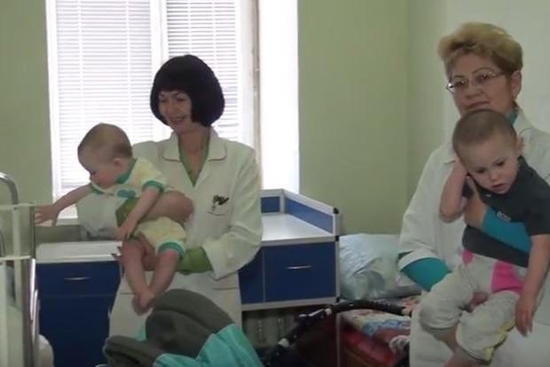 В Киеве будут судить 21-летнюю женщину, которая оставила на улице двух малышей