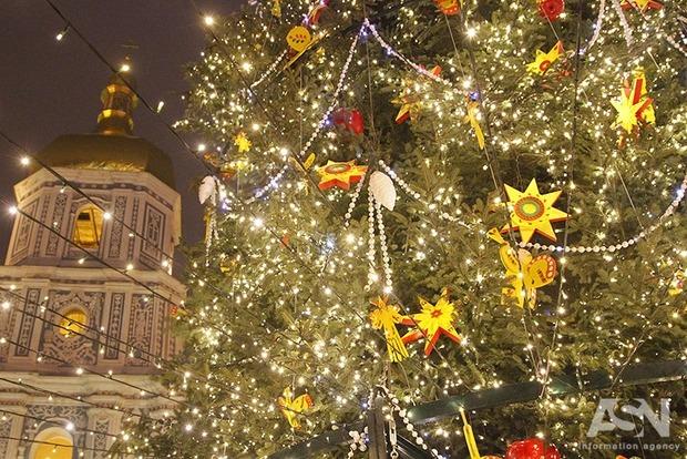 На Софиевской площади в центре Киева зажглась главная елка страны и начались предновогодние гуляния