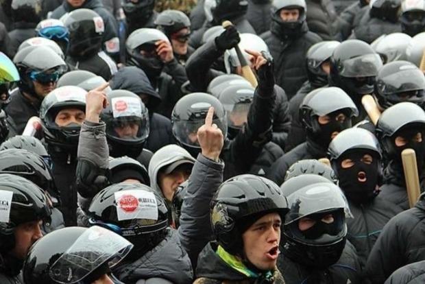 Во время Майдана милиционеры выдали «титушкам» 600 автоматов