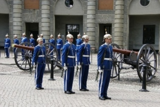 Швеция возобновляет добровольно-принудительную службу в армии для юношей и девушек