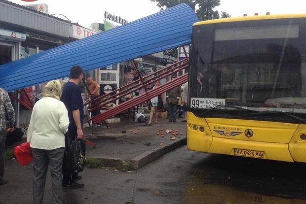 В Киеве автобус снес остановку. Чудом никто не пострадал