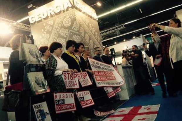 На выставке в Германии грузинские издатели устроили акцию против России