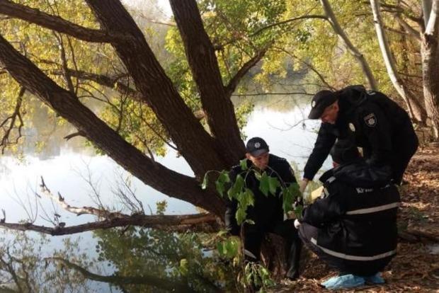 В Киеве горе-мать утопила в озере двоих детей