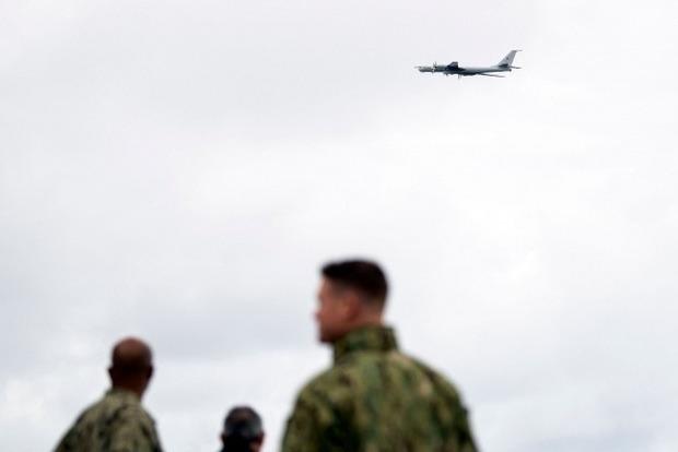 Российский Ту-142 предельно близко пролетел над боевым кораблем США