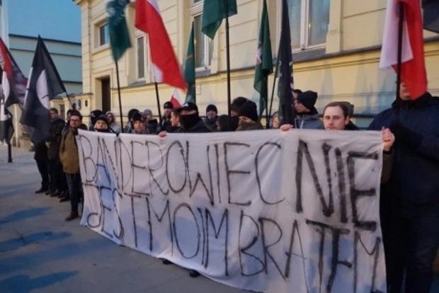 Польские националисты сожгли портреты Бандеры и Шухевича у посольства Украины