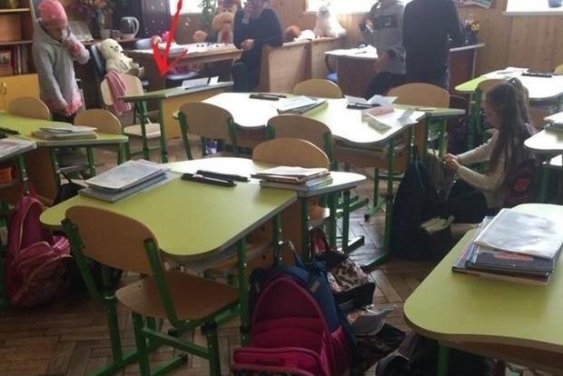 Скандал в школе: девочку отсадили от детей из-за не купленных у учителя учебников