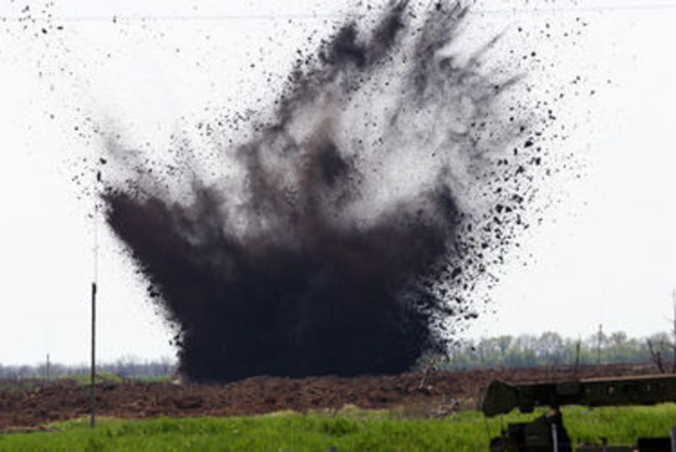 На Донбассе на взрывном устройстве подорвались саперы, один погибший