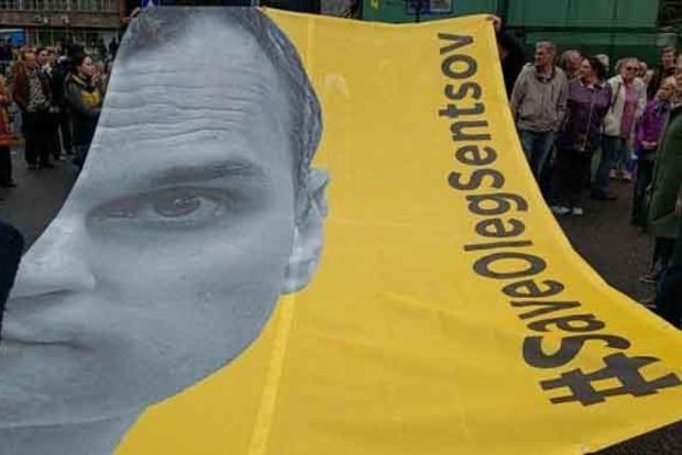 В Москве растянули огромный баннер в поддержку Сенцова