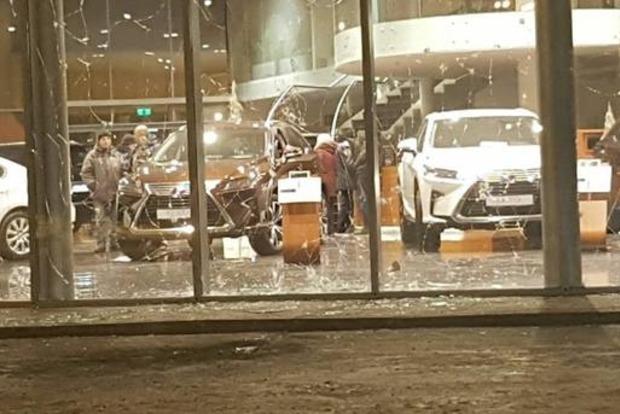 В Харькове злоумышленник бросил гранату в автосалон Lexus