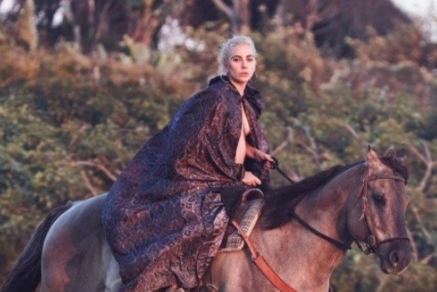 Обнаженная Леди Гага оседлала жеребца