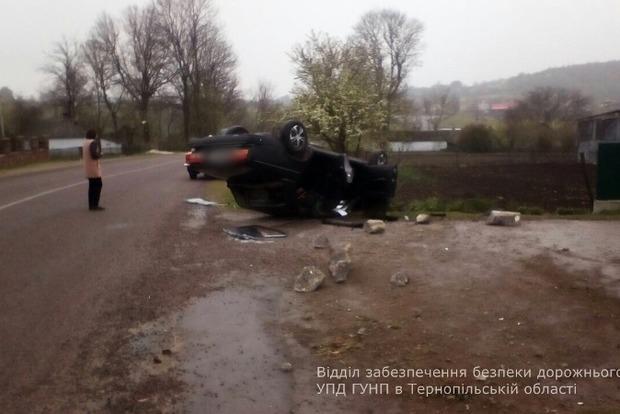Водитель ВАЗа сбил двух школьниц под Тернополем, авто перевернулось в 200 м от места ДТП