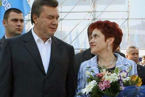 Осунулась и поседела. Людмила Янукович с кучей охранников посетила могилу сына в Крыму