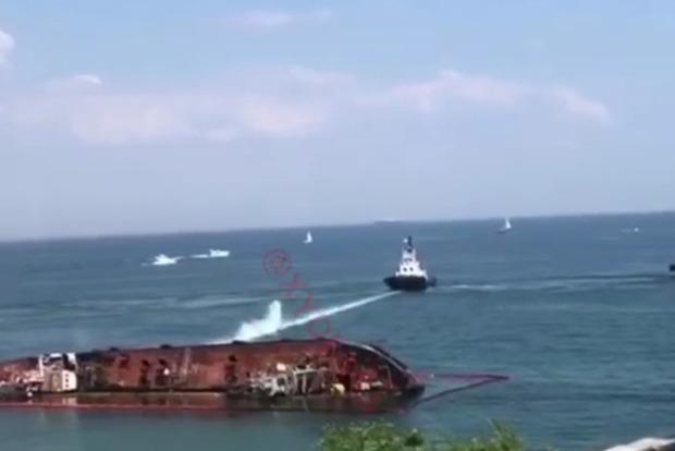 Как-то не очень получается перевернуть танкер в Одессе