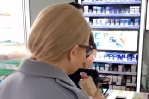 Сеть взбудоражило видео Тимошенко с хот-догом