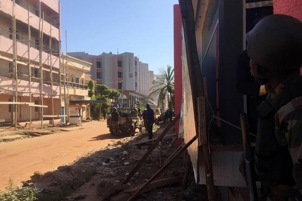 В Мали 137 человек остаются в отеле в заложниках