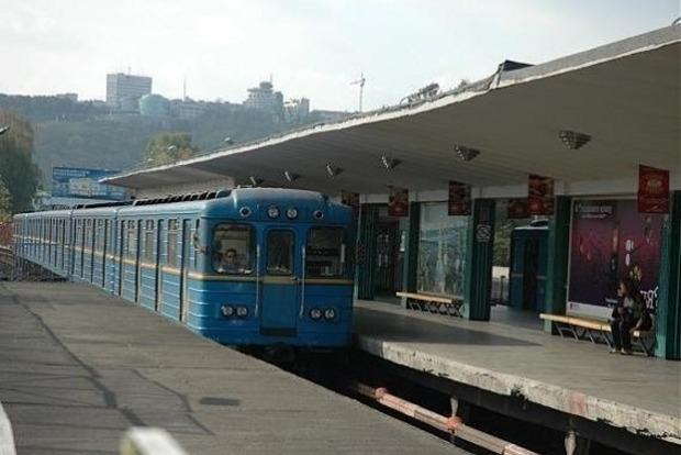 В Киевском метрополитене поезд зацепил пассажира