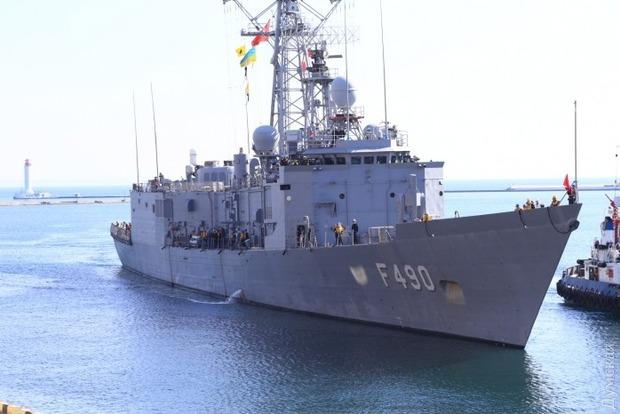 Уже в порту: опубликованы видео военных кораблей Турции в Одессе