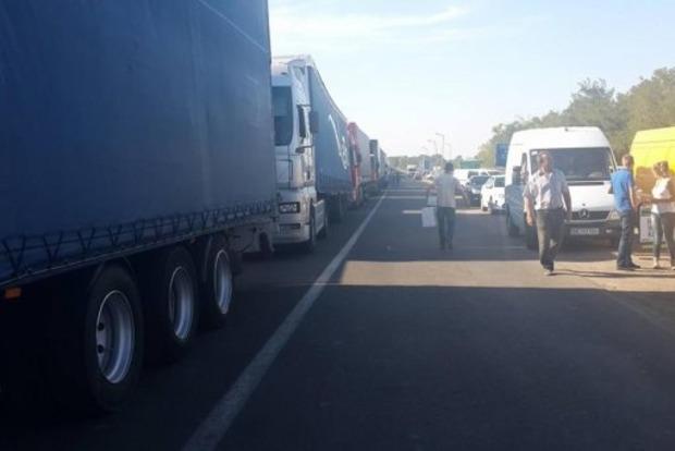 На административной границе с Крымом остаются более 126 грузовиков