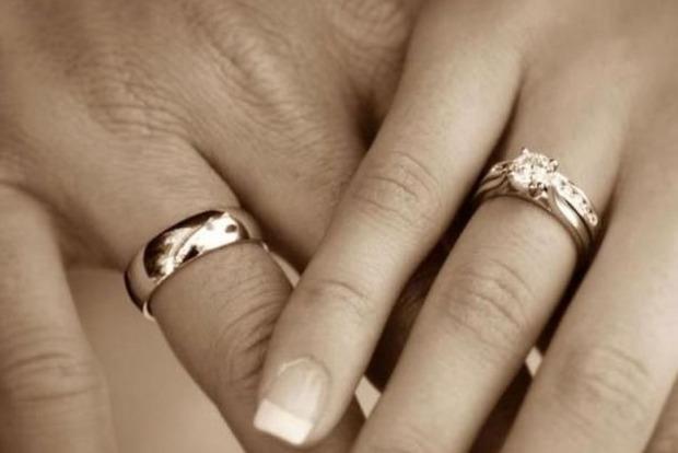 Чому обручки носять саме на безіменному пальці