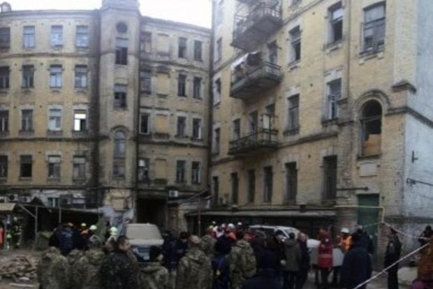 В обрушившемся доме в центре Киева еще двое находятся под завалами, четырех спасли