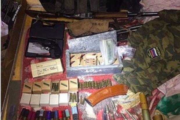 На Харьковщине у экс-чиновника нашли оружие и форму ВС РФ